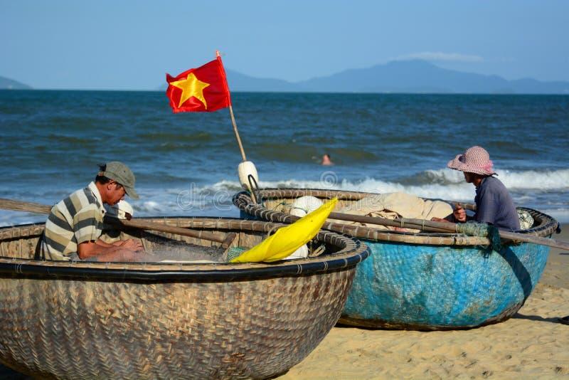 Pêcheurs sur leurs bateaux ronds traditionnels ( ; tung chai) ; Une plage de coup Point d'interst au Vietnam vietnam photographie stock