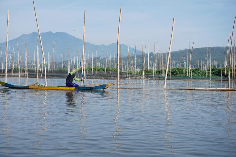 Pêcheurs sur Rawa parquant le lac, Java-Centrale, Indonésie images stock