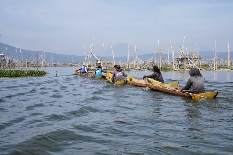 Pêcheurs sur Rawa parquant le lac, Java-Centrale, Indonésie photographie stock libre de droits