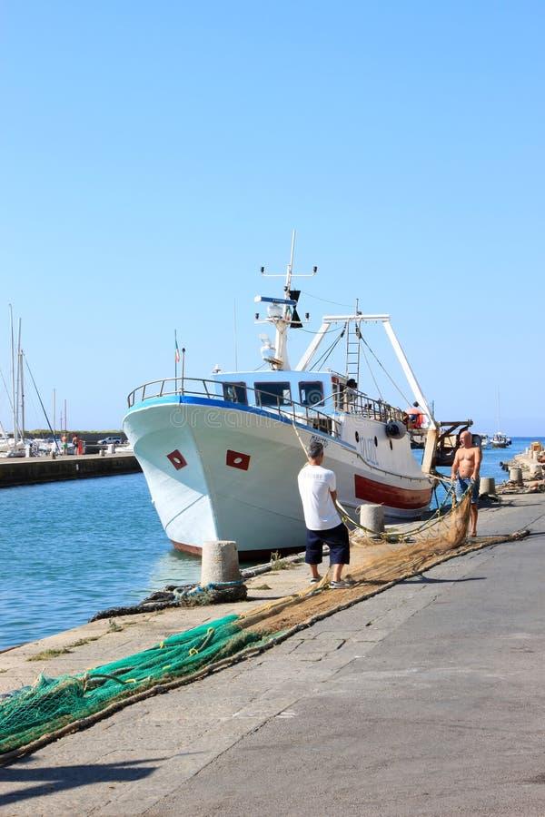 Pêcheurs travaillants dans le port de Castiglione, Italie photos stock