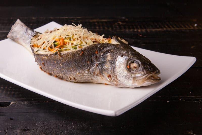 Pêchez avec remplir, bourré de légumes et de fromage du plat blanc Plan rapproché photographie stock libre de droits