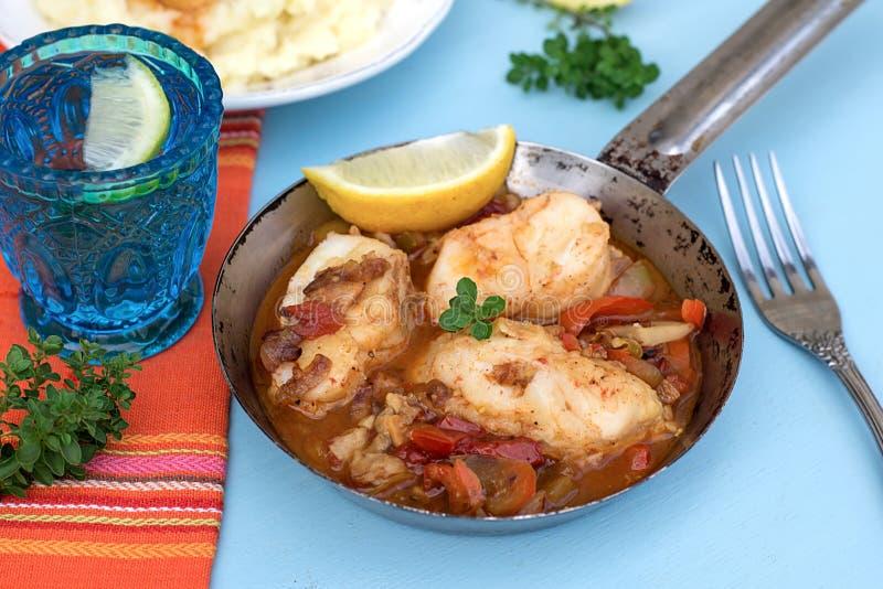 Pêchez en marinade végétale avec le poivre et les tomates photo stock