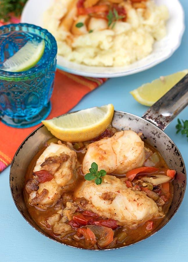 Pêchez en marinade végétale avec le poivre et les tomates image stock