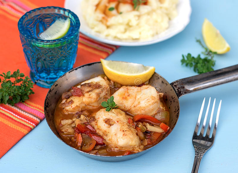 Pêchez en marinade végétale avec le poivre et les tomates photos stock
