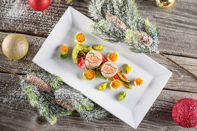 Pêchez la nourriture de démarreur du plat blanc avec la décoration de Noël photographie de produit et gastronomie moderne photographie stock