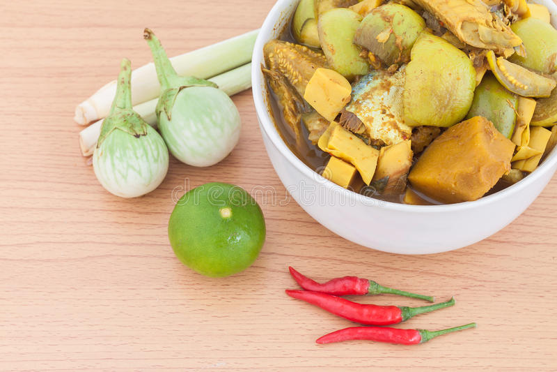 Pêchez la soupe aigre à organes, nourriture thaïlandaise, dans la cuvette photo stock