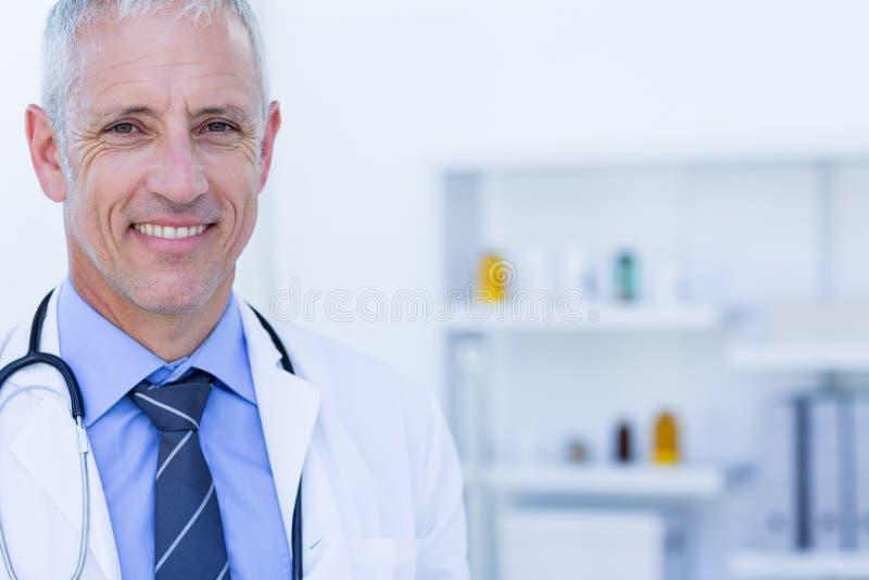 Download Pêchez Le Blanc De Regard D'isolement élevé Heureux De Vue Du Docteur S D'appareil-photo De Fond Image stock - Image du homme, hôpital: 56484875