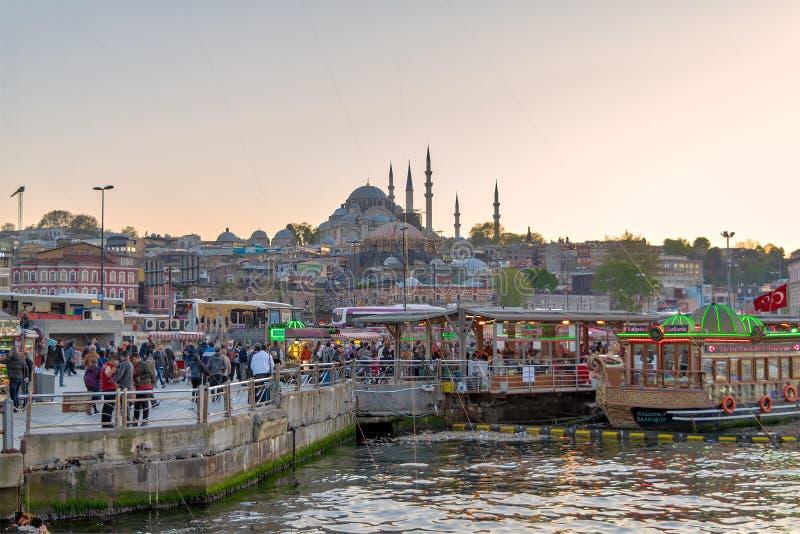 Pêchez les bateaux de pendillement de sandwichs au secteur d'Eminonu avec des mosquées de Rustem Pasha et de Suleymaniye à l'arri images stock