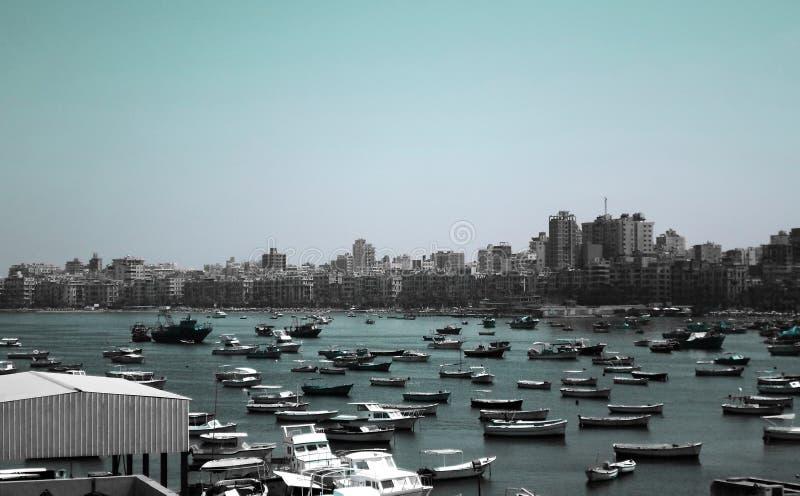 Pêchez les bateaux se garant près de la citadelle de Qaitbay sur la côte d'Alexanderia images libres de droits