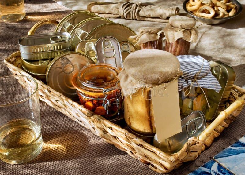 Pêchez les boîtes et le thon, poulpe, anchois, moules en boîte en verre images stock