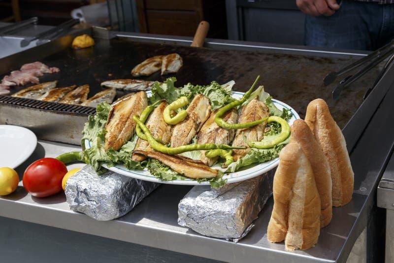Pêchez les poissons de pain (Balik Ekmek) dans un pain, les turc traditionnels f photographie stock