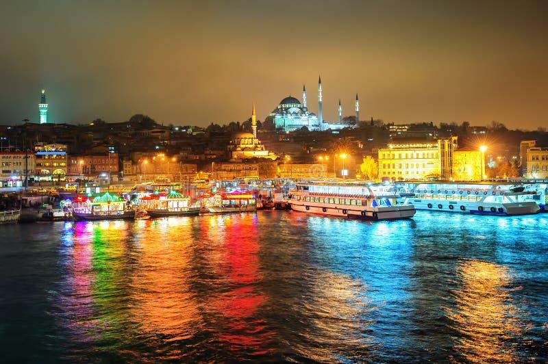 Pêchez les restaurants de bateau sur le klaxon d'or la nuit, Istanbul, Turquie images stock