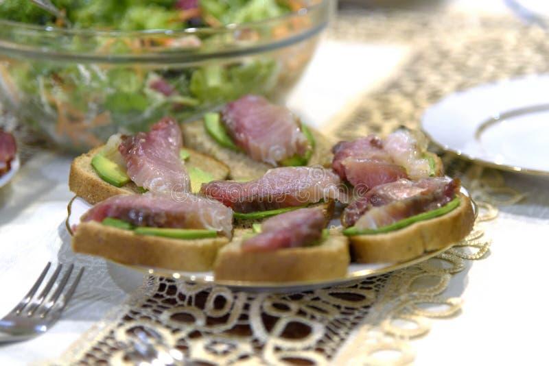 Pêchez les sandwichs avec des esprots, des sardines et la salade végétale fin photos libres de droits
