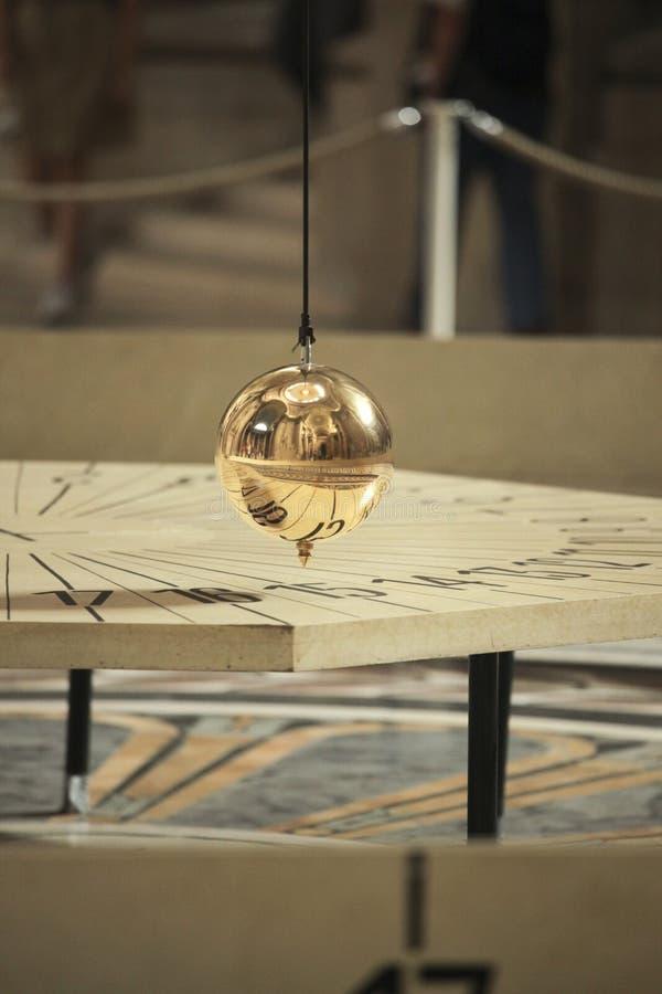 Pêndulo de Foucault no panteão de Paris foto de stock royalty free