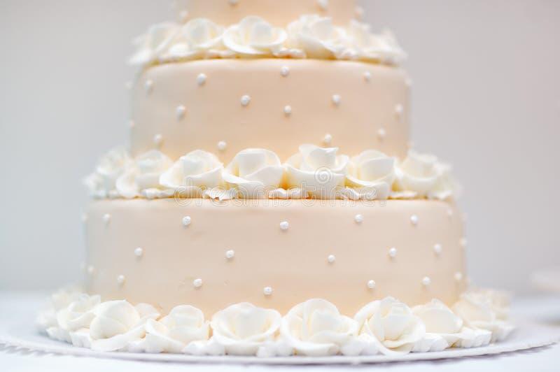 Pêssego delicioso e bolo de casamento branco foto de stock