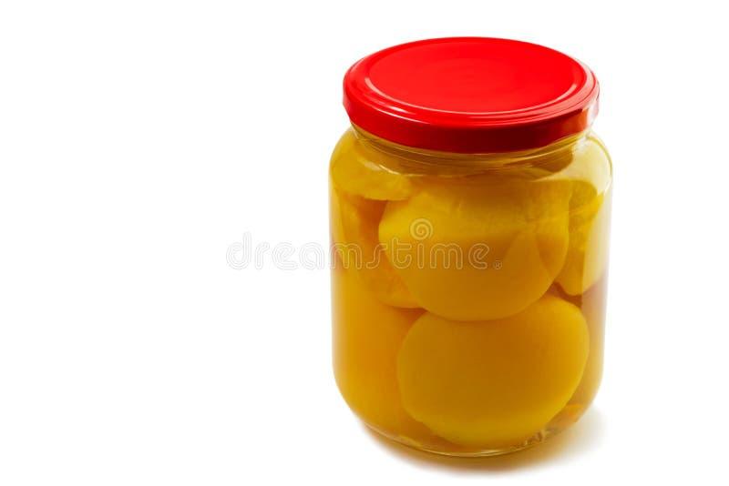 Pêssegos enlatados no xarope. imagens de stock