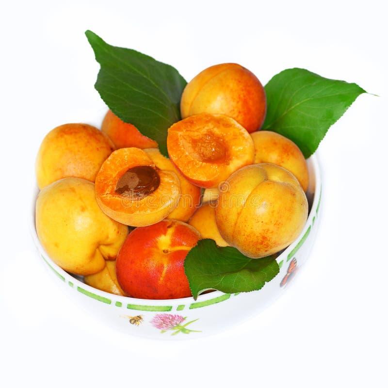 Pêssegos maduros em uma bacia fotos de stock