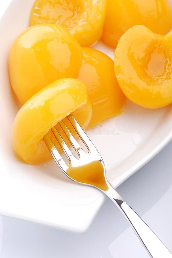 Pêssegos no xarope imagem de stock