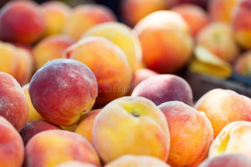 Pêssegos orgânicos maduros frescos no mercado foto de stock