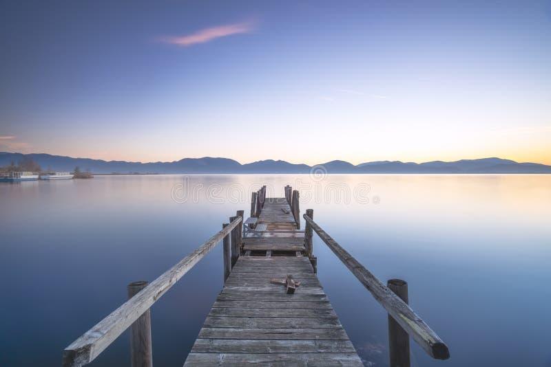 Píer ou molhe de madeira e lago ao nascer do sol Torre del lago Puccini Versilia Tuscany, Itália imagens de stock