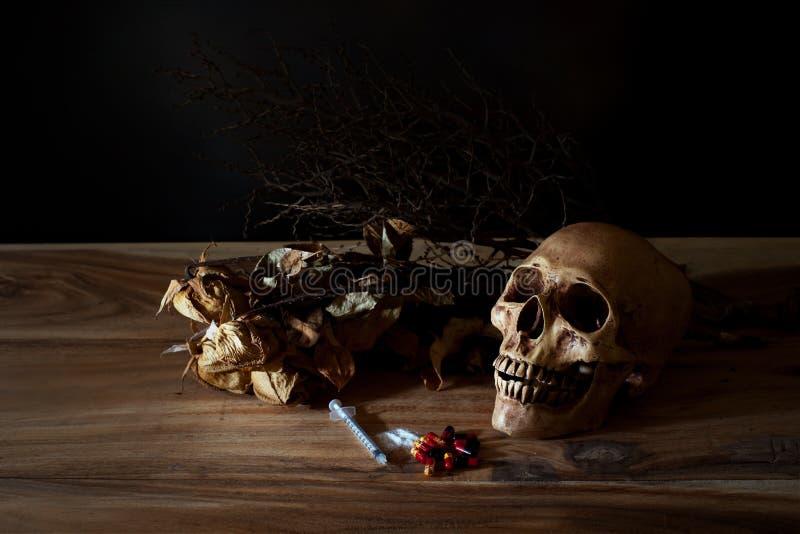 Píldora de la jeringuilla y de veneno con el cráneo fotos de archivo libres de regalías