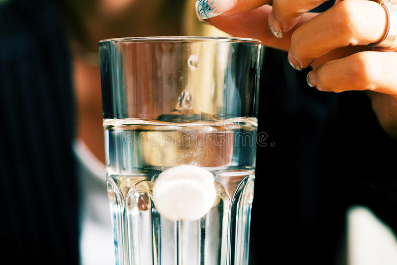 Píldora y agua fotografía de archivo
