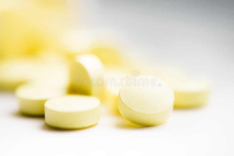 Píldoras amarillas imagen de archivo