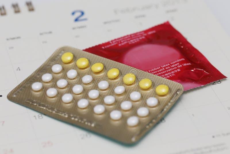 Píldoras Anticonceptivas Con El Condón En Un Calendario Foto de ...