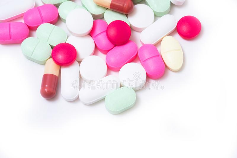 Píldoras coloridas de las medicaciones aisladas en el fondo blanco Concepto del cuidado médico fotos de archivo