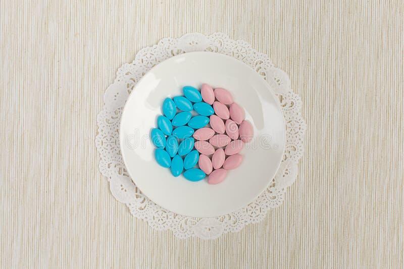Píldoras coloridas en un platillo fotos de archivo libres de regalías