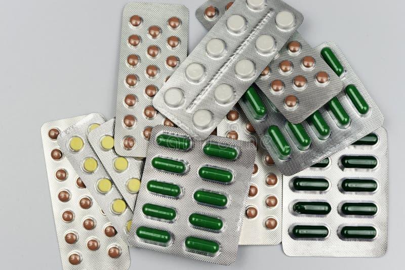 Píldoras de empaquetado de la medicación de la medicina para tratar enfermedades imagen de archivo libre de regalías