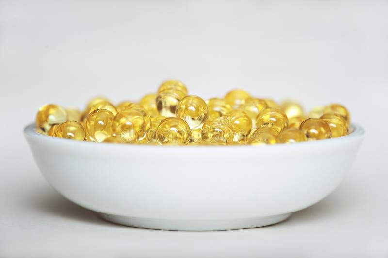 Píldoras de la vitamina (A, D, E, aceite de pescado) fotografía de archivo