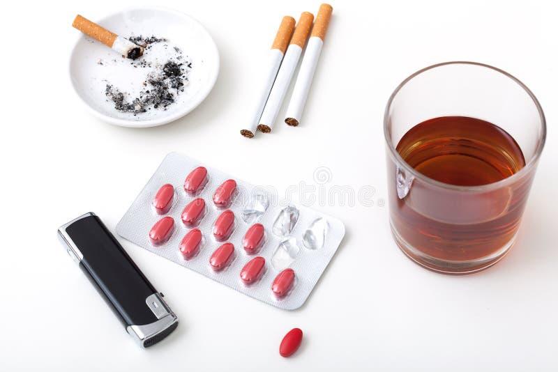 Píldoras de los cigarrillos del alcohol imágenes de archivo libres de regalías