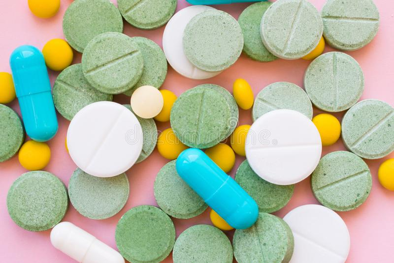 Píldoras del opiáceo Concepto de la tenencia ilícita de la epidemia y de drogas del opiáceo diferente imagenes de archivo