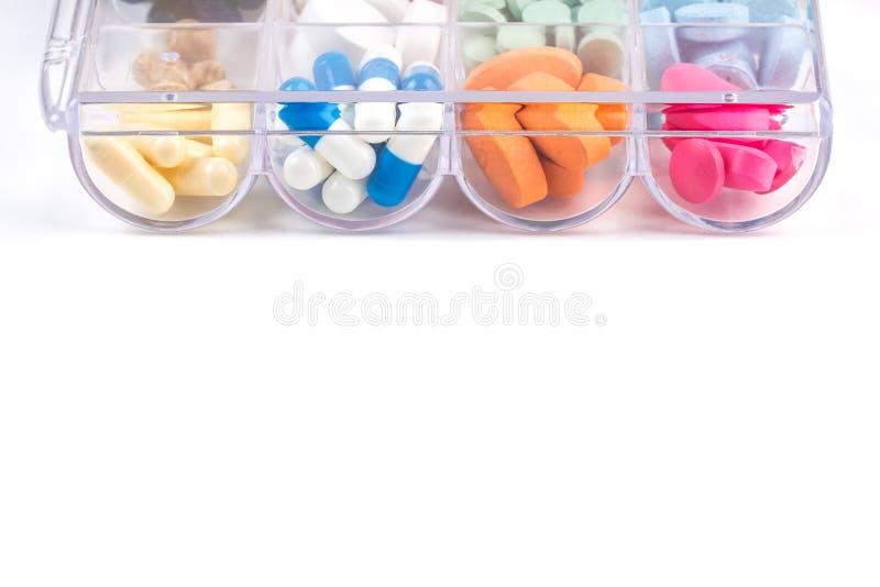 Píldoras en envase de plástico en blanco fotografía de archivo