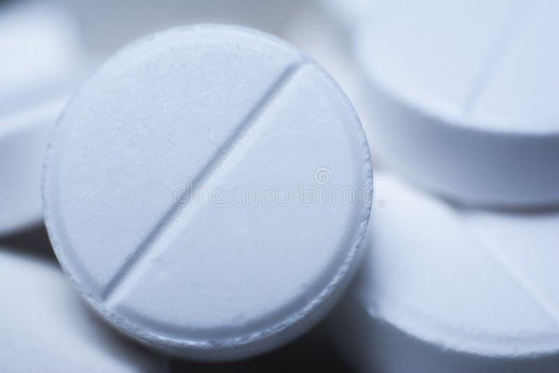 Píldoras en un color blanco Detalles macros de tabletas Cierre para arriba Uso del Cfn como fondo en medicene foto de archivo libre de regalías