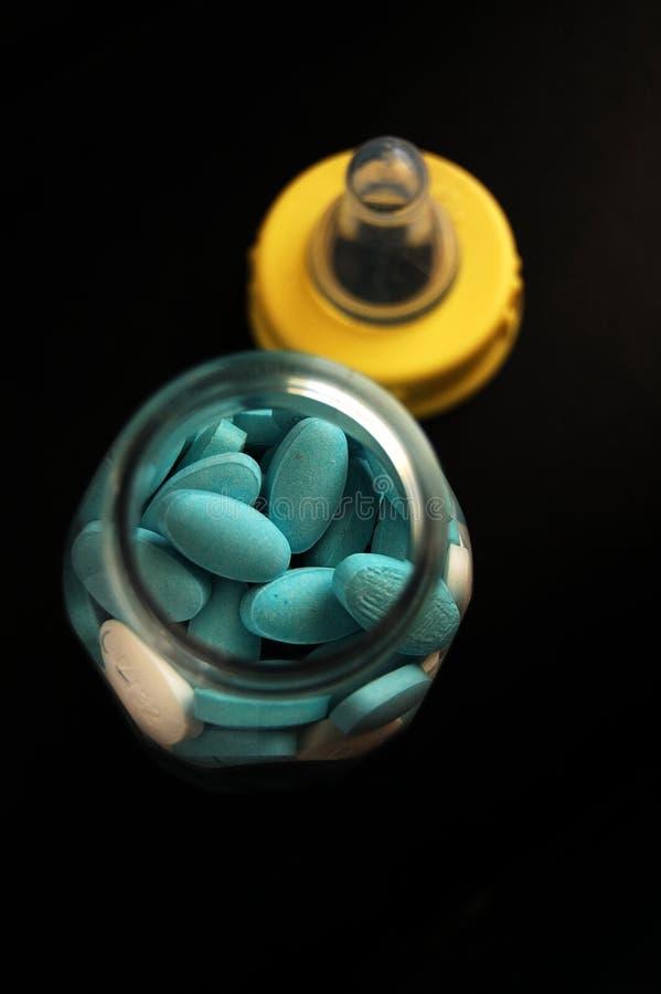 Píldoras en una botella de bebé fotografía de archivo libre de regalías
