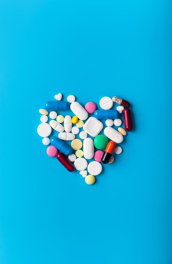 Píldoras farmacéuticas clasificadas de la medicina Dimensión de una variable del corazón imagen de archivo libre de regalías