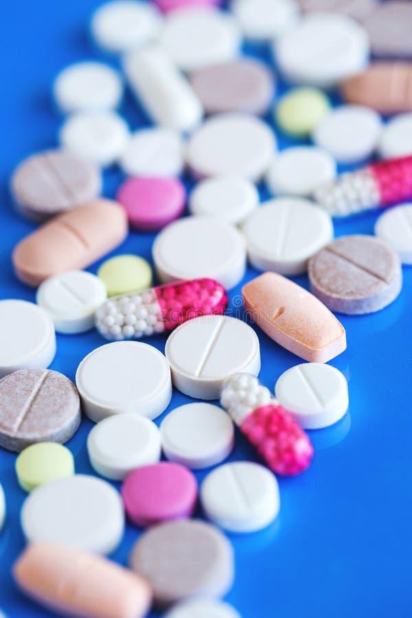 píldoras médicas en fondo azul imagen de archivo libre de regalías