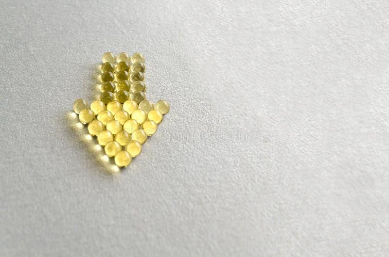 Píldoras omega-3 de la tableta en cápsulas redondas en el fondo blanco Copie el espacio foto de archivo