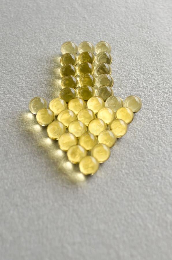 Píldoras omega-3 en cápsulas redondas en el fondo blanco Copie el espacio fotos de archivo libres de regalías