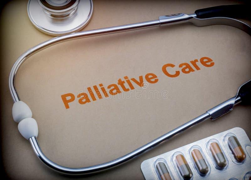 Píldoras paliativas del cuidado, del estetoscopio y de la ampolla imagen de archivo libre de regalías