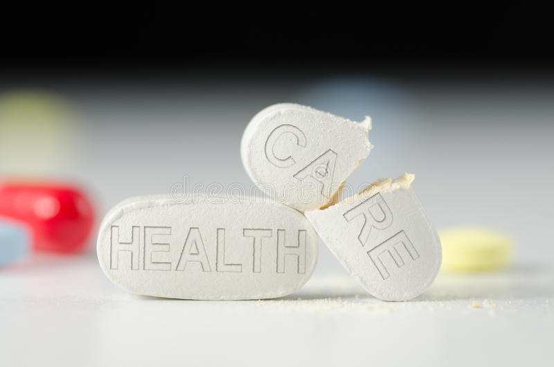 Píldoras quebradas del sistema de la reforma de la ATENCIÓN SANITARIA foto de archivo libre de regalías