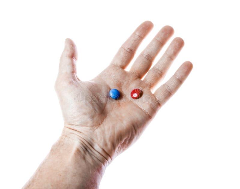 Píldoras rojas y azules a mano aisladas imagen de archivo