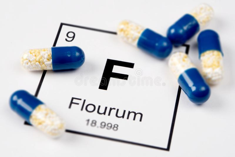Píldoras rosadas con FE mineral Ferrum en un fondo blanco con a fotografía de archivo