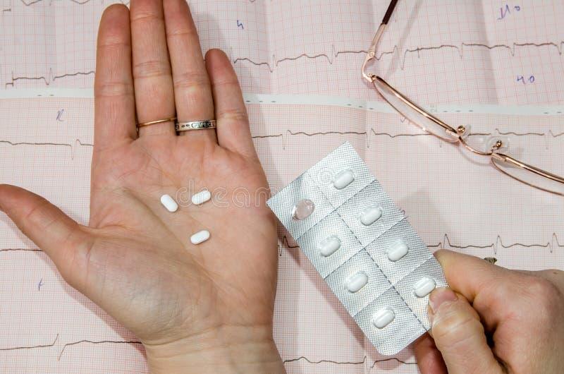 Píldoras sobre el cardiograma imagenes de archivo