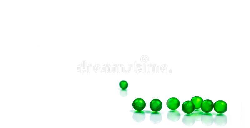 Píldoras suaves redondas verdes de la cápsula aisladas en el fondo blanco con el espacio de la copia Medicina de Ayurvedic para l fotografía de archivo