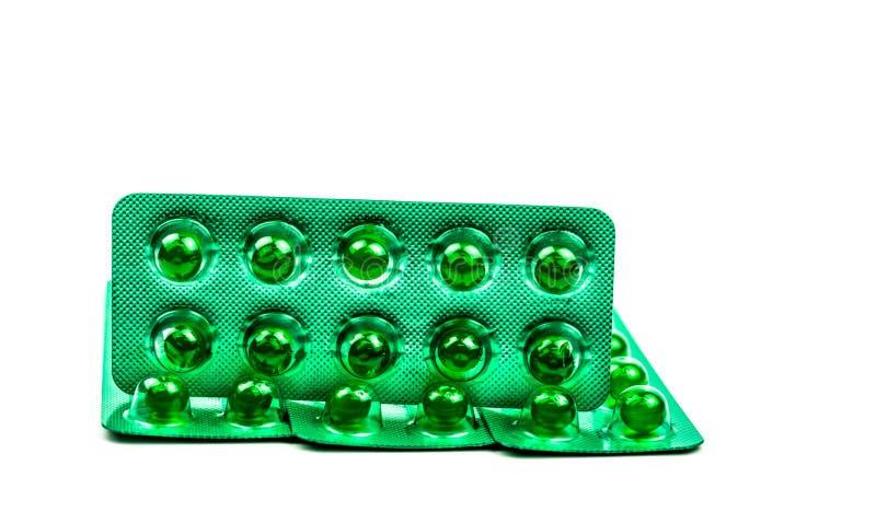 Píldoras suaves redondas verdes de la cápsula aisladas en el fondo blanco con el espacio de la copia Medicina de Ayurvedic para l fotos de archivo libres de regalías