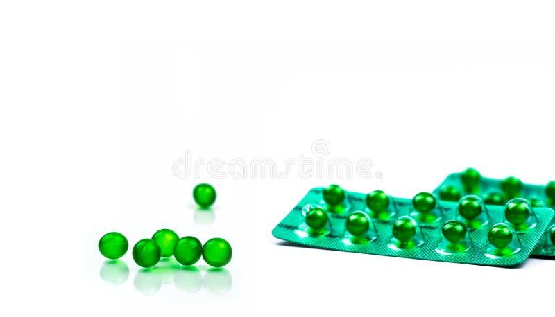 Píldoras suaves redondas verdes de la cápsula aisladas en el fondo blanco con el espacio de la copia Medicina de Ayurvedic para l foto de archivo