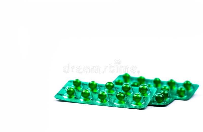 Píldoras suaves redondas verdes de la cápsula aisladas en el fondo blanco con el espacio de la copia Medicina de Ayurvedic para l fotos de archivo